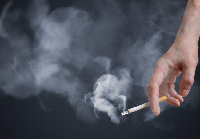 Το κάπνισμα και το άτμισμα αυξάνει τον κίνδυνο για σοβαρή λοίμωξη Covid-19