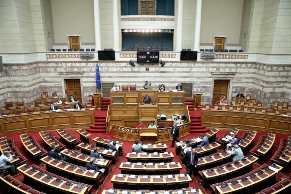 Νέα τροπολογία στη Βουλή: Χωρίς οικονομική επιβάρυνση για τους ανασφάλιστους η νοσοκομειακή και ιατροφαρμακευτική περίθαλψή τους σε ιδιωτικές δομές υγείας
